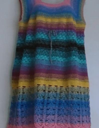 Buntes Damenkleid im Größe 44–46 häkeln, gratis Anleitung